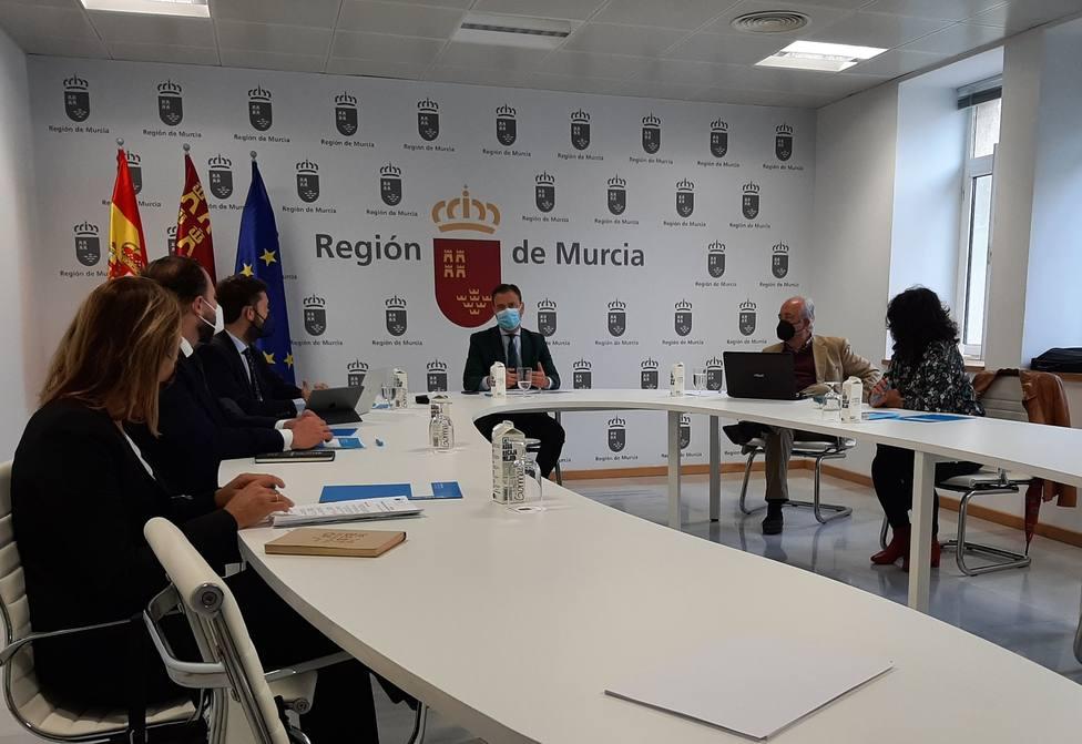 El consejero, Marcos Ortuño, reunido en la Mesa de Turismo. Cartagena
